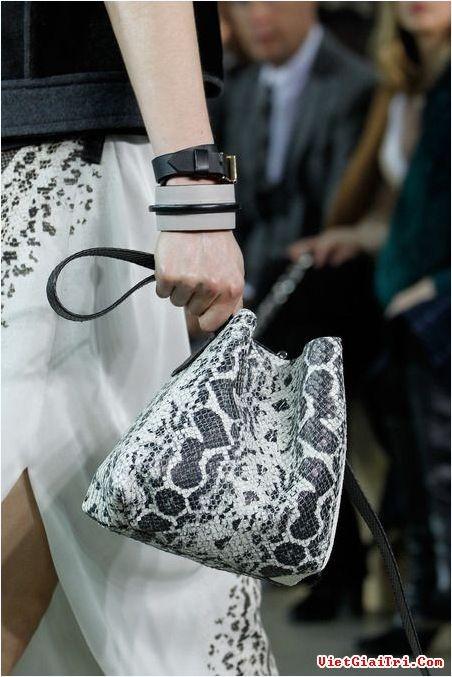 Bucket bag - chiếc túi cá tính hình cái xô